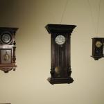 Настінні годинники (на той час досить дорогі)