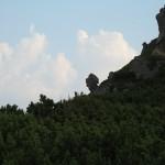 Камінь на задньому плані нагадує голову гладіатора