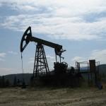 Роман добуває нафту