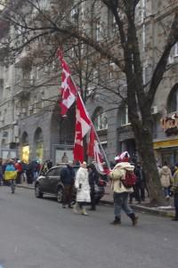 Колоритний канадець з прапорами