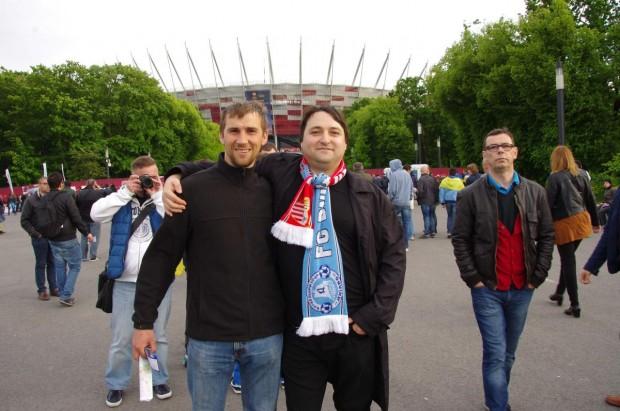 Серьога і Вітя на фоні стадіону