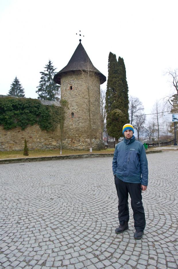 Вітя біля вежі монастиря